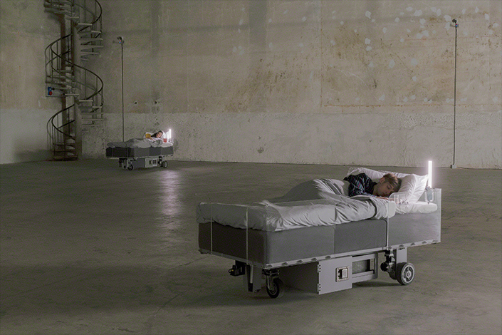 Carsten Höller, Two Roaming Beds (Grey), 2015 Courtesy of the Artist and Pirelli HangarBicocca, Milan. Photo: © Attilio Maranzano