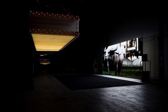 """Philippe Parreno """"Hypothesis"""", veduta dell'installazione, Pirelli HangarBicocca, Milano. Courtesy dell'artista; Pilar Corrias Gallery; Gladstone Gallery; Esther Schipper; Pirelli HangarBicocca, Milano. Foto: Andrea Rossetti"""