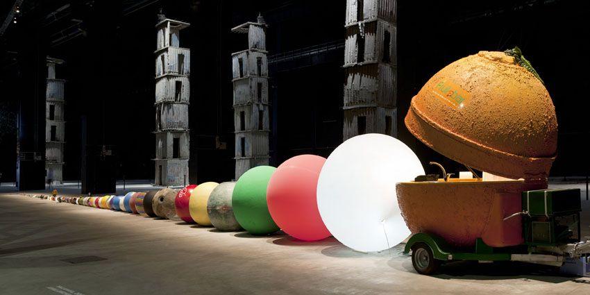 """Wilfredo Prieto, """"Equilibrando la curva"""", 2012. Veduta della mostra, Pirelli HangarBicocca, Milano. Courtesy Pirelli HangarBicocca, Milano. Foto Agostino Osio."""