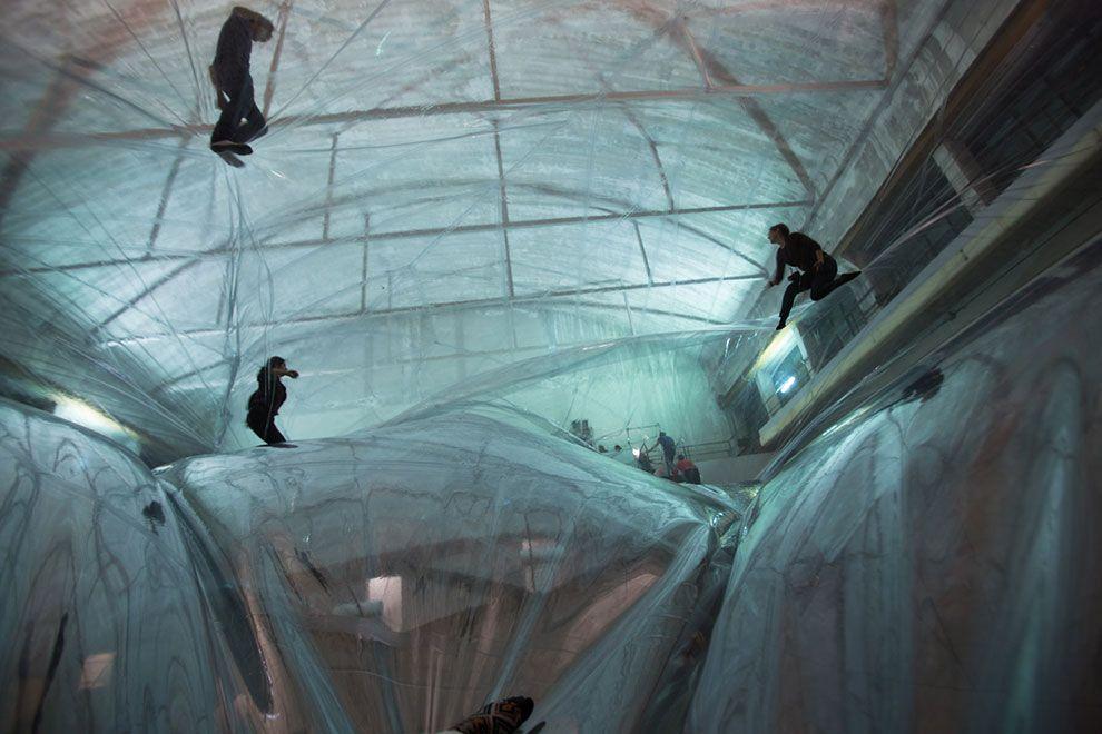 Tomás Saraceno, On Space Time Foam, 2012. Veduta dell'installazione, Pirelli HangarBicocca, Milano. Courtesy Pirelli HangarBicocca, Milano. Foto Alessandro Coco.