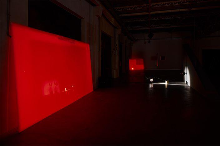 Rosa Barba, From Source to Poem to Rhythm to Reader, veduta della mostra, Pirelli HangarBicocca, Milano, 2017. Courtesy dell'artista e Pirelli HangarBicocca, Milano. Foto: Agostino Osio