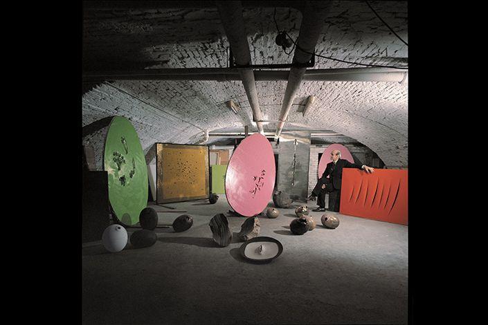 Lucio Fontana, Milano, 1966. Foto: Ugo Mulas © Eredi Ugo Mulas. Tutti i diritti riservati. Courtesy Archivio Ugo Mulas, Milano - Galleria Lia Rumma, Milano/Napoli. © Fondazione Lucio Fontana