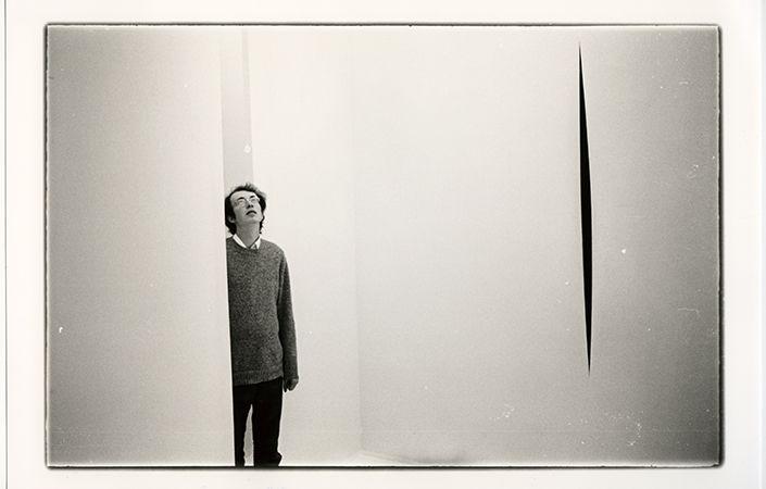 Lucio Fontana, Ambiente spaziale in Documenta 4, a Kassel, 1968. Documentazione fotografica dell'opera a documenta 4, Kassel, 1968. © documenta archiv/Werner Kohn. © Fondazione Lucio Fontana