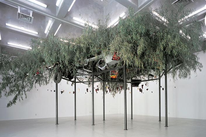 Fu Dao / Fu Dao, Upside-down Buddha / Arrival at Good Fortune, 1997 Echibition view: CCA – Center for Contemporary Art, Kitakyushu, Japan, 1997 Courtesy GALLERIA CONTINUA © ADAGP, Paris Photo: Chen Zhen