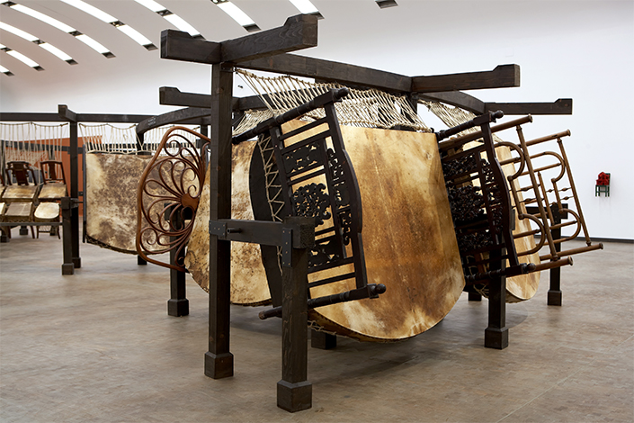 Chen Zhen Jue Chang, Dancing Body – Drumming Mind (The Last Song), 2000 Exhibition view: Chen Zhen.