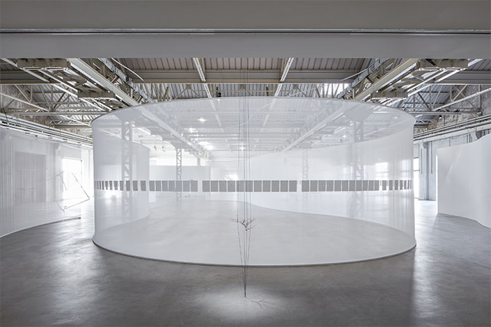 Daniel Steegmann Mangrané A Leaf-Shaped Animal Draws The Hand, exhibition view at Pirelli HangarBicocca, Milan, 2019 Courtesy of the artist and Pirelli HangarBicocca, Milan. Photo: Agostino Osio