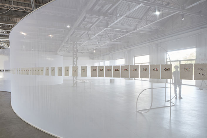 Daniel Steegmann Mangrané Lichtzwang, 1998-ongoing Installation view at Pirelli HangarBicocca, Milan, 2019 Courtesy of the artist and Pirelli HangarBicocca, Milan Photo: Agostino Osio