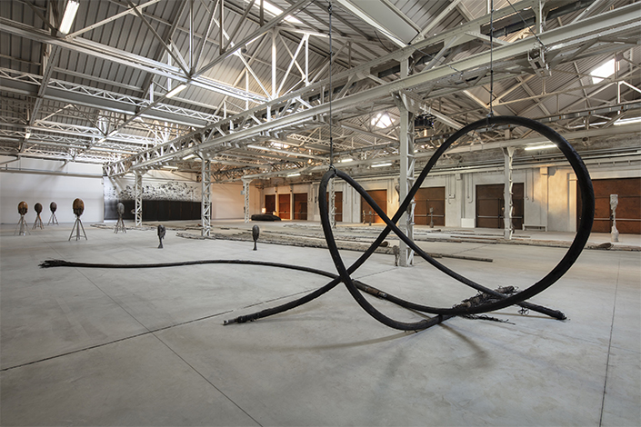 Giorgio Andreotta Calò Senza titolo (Cavi), 2019 Installation view at Pirelli HangarBicocca, Milan, 2019. Commissioned and produced by Pirelli HangarBicocca. Courtesy of the artist and Pirelli HangarBicocca. Photo: Agostino Osio