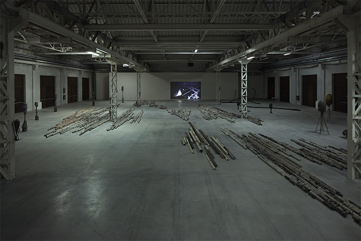 Giorgio Andreotta Calò CITTÀDIMILANO, exhibition view at Pirelli HangarBicocca, Milan, 2019. Courtesy of the artist and Pirelli HangarBicocca. Photo: Agostino Osio