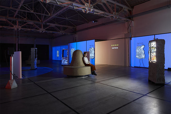 Neïl Beloufa La morale de l'histoire, 2019/2021 Installation view, Pirelli HangarBicocca, 2021 Courtesy the artist, kamel mennour, Paris/London, ZERO…, Milan and Pirelli HangarBicocca, Milan Photo: Agostino Osio