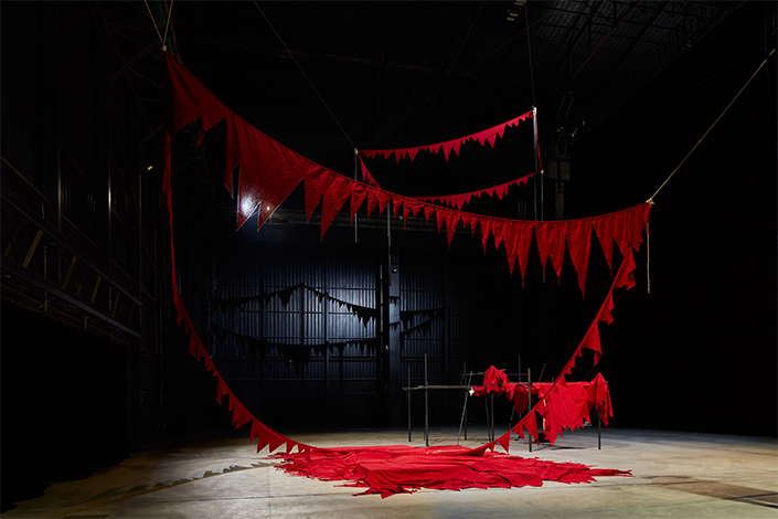 Sheela Gowda And That Is No Lie, 2015 It Stands Fallen, 2015-2016 Veduta dell'installazione, Pirelli HangarBicocca, Milano, 2019 Courtesy dell'artista e Pirelli HangarBicocca Foto: Agostino Osio
