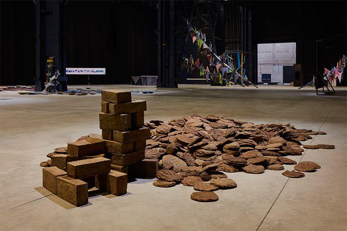 Sheela Gowda Untitled (Cow Dung), 1992-2012 Veduta dell'installazione, Pirelli HangarBicocca, Milano, 2019 Courtesy dell'artista e Pirelli HangarBicocca Foto: Agostino Osio