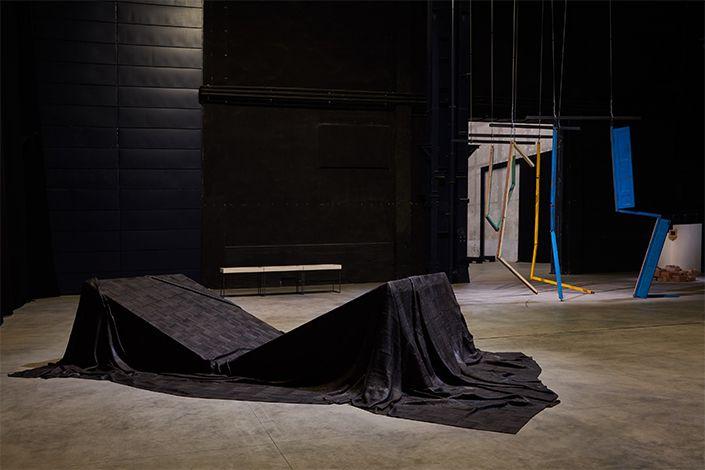 Sheela Gowda Tree Line, 2019 Veduta dell'installazione, Pirelli HangarBicocca, Milano, 2019 Courtesy dell'artista e Pirelli HangarBicocca Foto: Agostino Osio