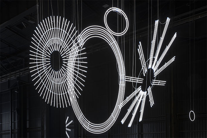 Cerith Wyn Evans, Radiant Fold (…the Illuminating Gas), 2017-2018 Installation view at Pirelli HangarBicocca, Milan, 2019. Courtesy of the artist; Amgueddfa Cymru – National Museum Wales and Pirelli HangarBicocca. Photo: Agostino Osio