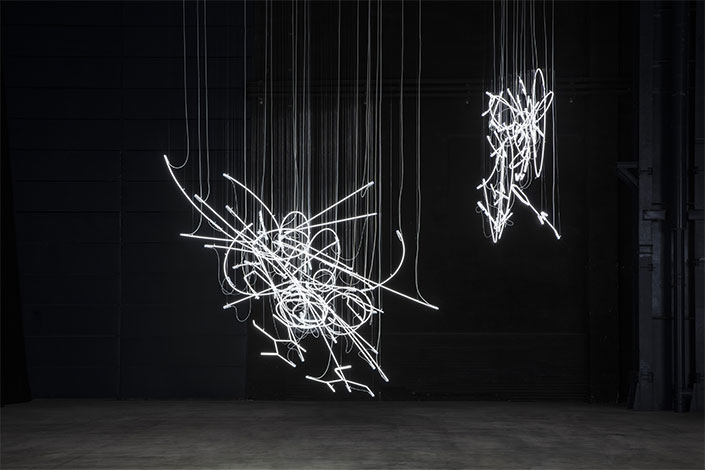 Cerith Wyn Evans, Neon Forms (After Noh), 2015-2019 Installation view at Pirelli HangarBicocca, Milan, 2019. Courtesy of the artist; White Cube; Marian Goodman Gallery, New York, Paris and London, and Pirelli HangarBicocca. Photo: Agostino Osio