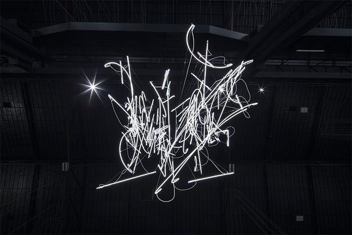 Cerith Wyn Evans, Neon Forms (After Noh XIII), 2018 (detail) Courtesy of the artist; Marian Goodman Gallery, New York, Paris and London, and Pirelli HangarBicocca. Photo: Agostino Osio
