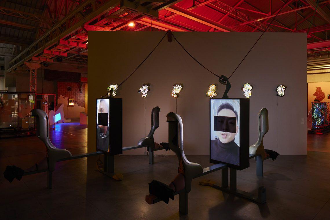 """Neïl Beloufa Veduta della mostra, """"Digital Mourning"""", Pirelli HangarBicocca, Milano, 2021 Courtesy l'artista e Pirelli HangarBicocca, Milano Foto: Agostino Osio"""
