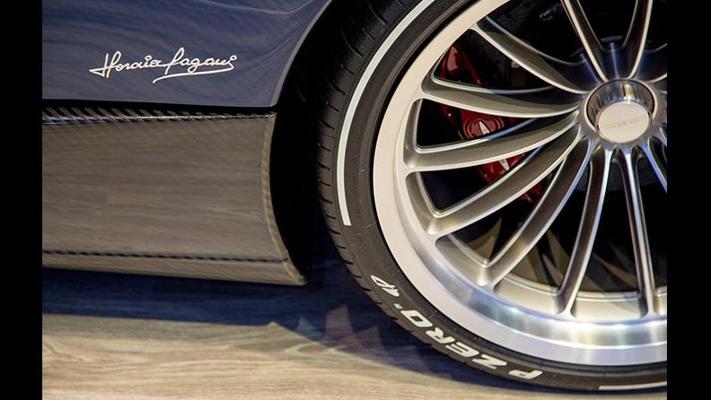 Pagani Huayra Roadster con pneumatici Pirelli P Zero