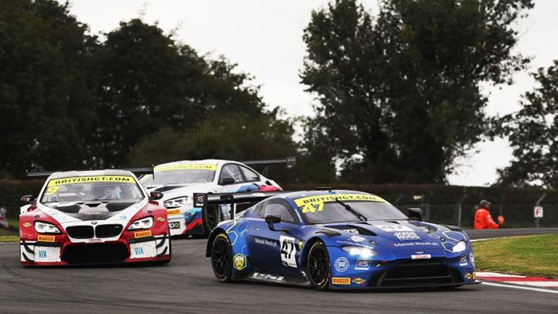 Scozzesi impavidi sul podio del GT britannico 02